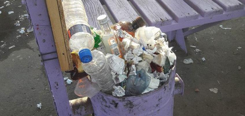 Фотофакт: ижевчане пожаловались на мусор на остановке в Ленинском районе