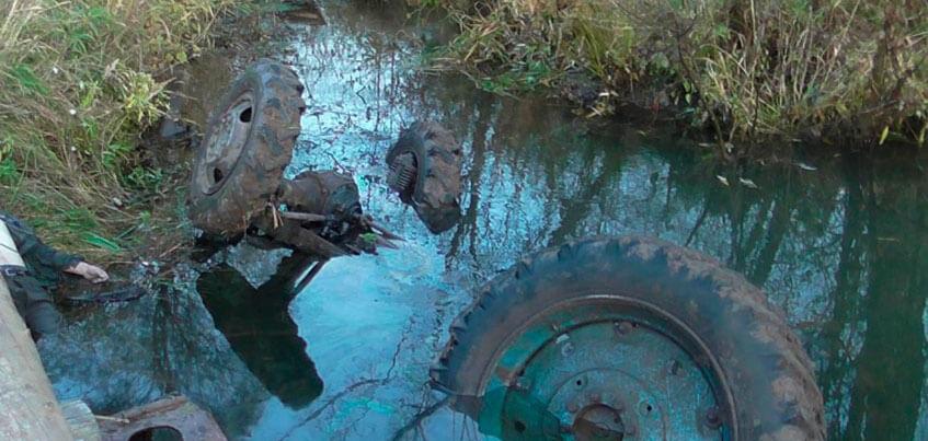В Киясовском районе Удмуртии в опрокинувшемся в реку тракторе погиб мужчина