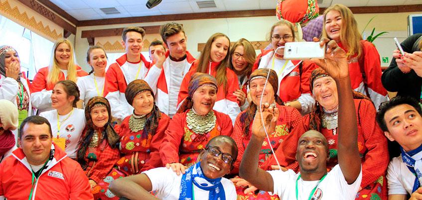 Участники Всемирного фестиваля молодежи спели в Удмуртии с «Бабушками из Бураново»