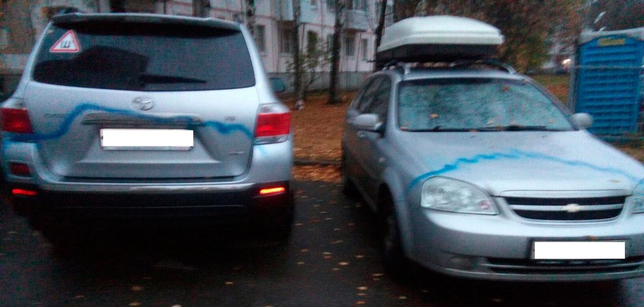 Фотофакт: неизвестные испортили с десяток машин на Дзержинского в Ижевске