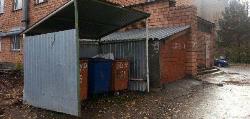 В Ижевске с территории поликлиники на Сабурова не вывозится мусор