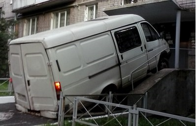 В Ижевске водитель «Газели» заехал в подъезд