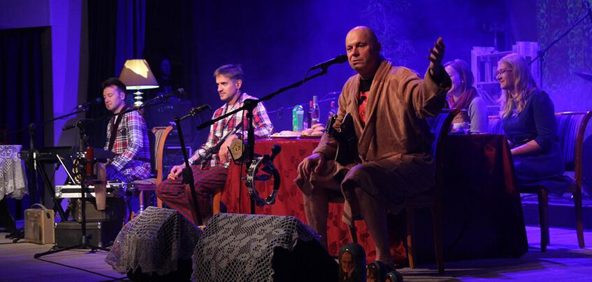 Артисты в пижамах и тапочках и накрытый стол: в Ижевске прошел «халатник» «Несчастного случая»