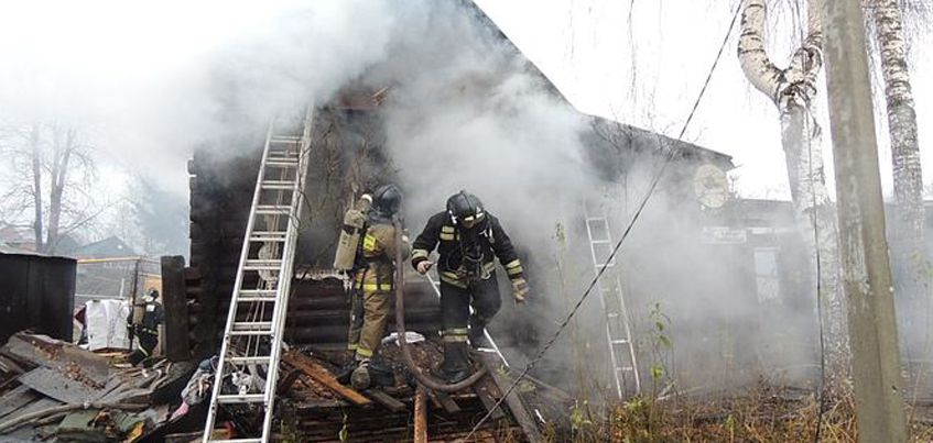 МЧС Удмуртии: пожар в Воткинске, где погибли дети, тушили 36 человек