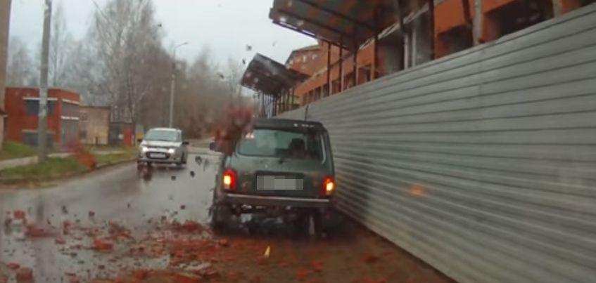 В Удмуртии на припаркованный у стройки авто упали кирпичи