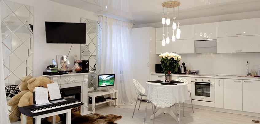 Квартира недели: Белоснежная квартира с камином и клеткой для совы