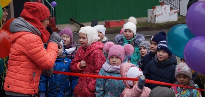 Фото: в Ижевске торжественно открыли благоустроенный двор на Удмуртской