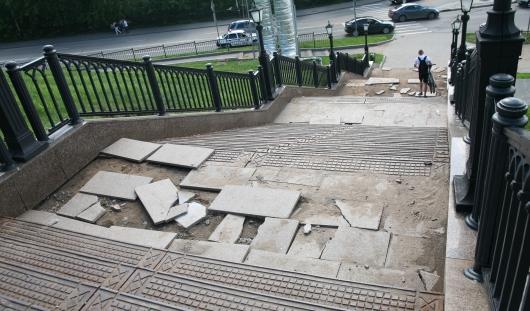 Поврежденную потопом в Ижевске Площадь Оружейников замостят новой плиткой