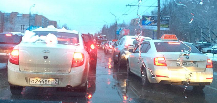 В Ижевске из-за изменений работы светофора на перекрестке Удмуртская - Лихвинцева образовались пробки