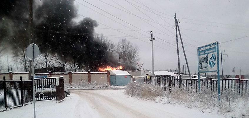 В районе СХВ в Ижевске загорелись гаражи