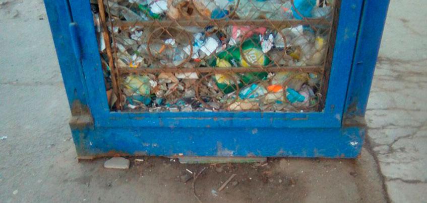 Фотофакт: в Ижевске жители города начали складировать мусор в конструкции остановки
