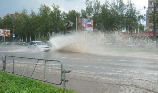 В Ижевске дождем затопило парковку у «Авроры» и район «Нефтемаша»