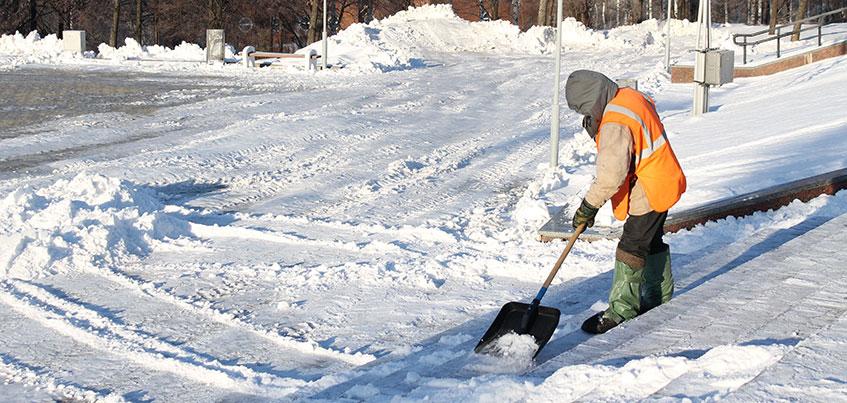 В Ижевске не хватает дворников для чистки тротуаров и остановок от снега