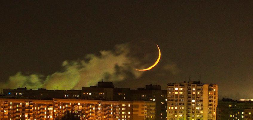 Фотофакт: фотограф сделал красивые снимки молодой луны над Ижевском