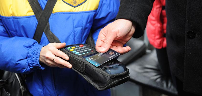Во всем общественном транспорте Ижевска теперь можно оплатить проезд банковской картой или смартфоном