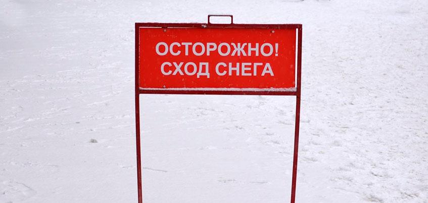 В Ижевске на Ленина женщину завалило сошедшим с крыши снегом