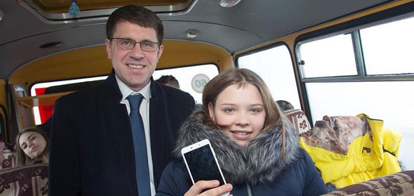 Председатель комиссии в Госсовете Удмуртии Александр Прозоров подарил смартфон воспитаннице детского дома