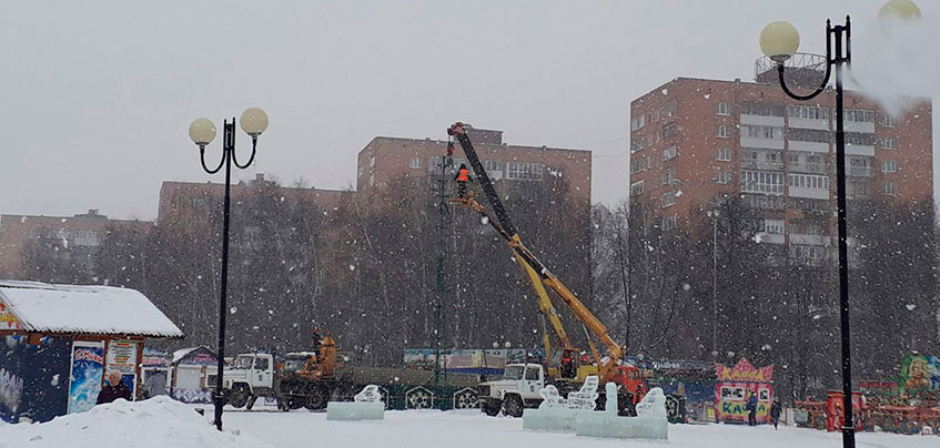 Фотофакт: в Ижевске демонтируют главную новогоднюю елку города