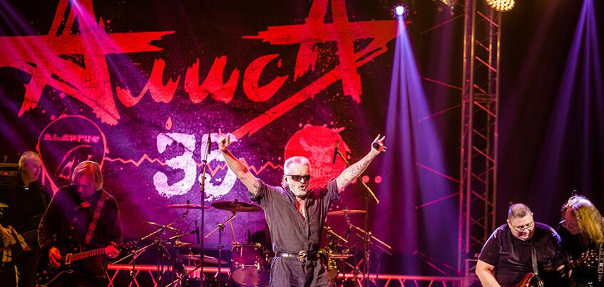 Крики «Костя! Костя!» и свист фанатов были громче музыки на концерте группы «АлисА» в Ижевске