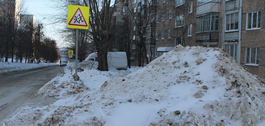 Перезимуем: автомобилисты Ижевска жалуются, что из-за сугробов не видно пешеходов
