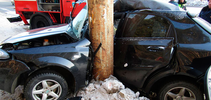 В Ижевске погиб водитель авто, налетевшего на столб на ул. Камбарской
