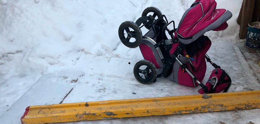 В Ижевске строительная балка упала на детскую коляску на ул. Нагорной