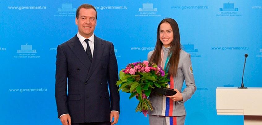 Дмитрий Медведев вручил фигуристке из Ижевска Алине Загитовой ключи от BMW X6