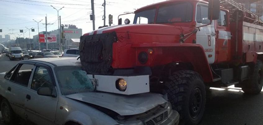 В Ижевске легковой автомобиль столкнулся с пожарной машиной «Урал»