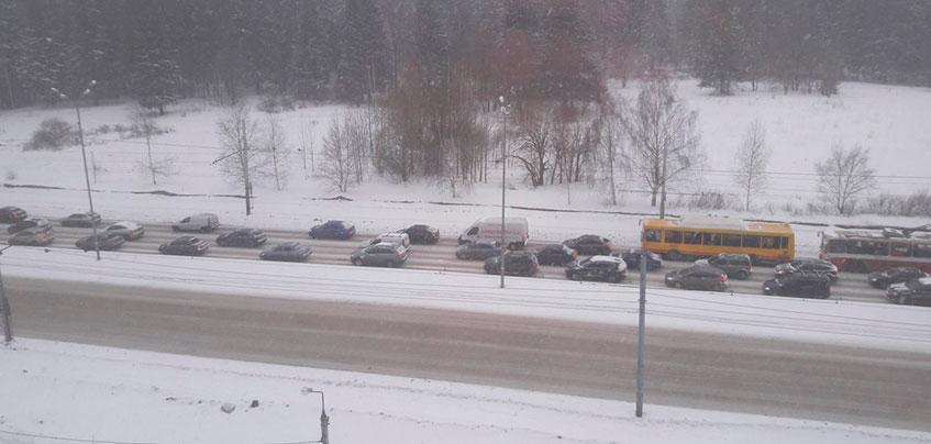 В Ижевске из-за снегопада зафиксировали 8-9-балльные пробки