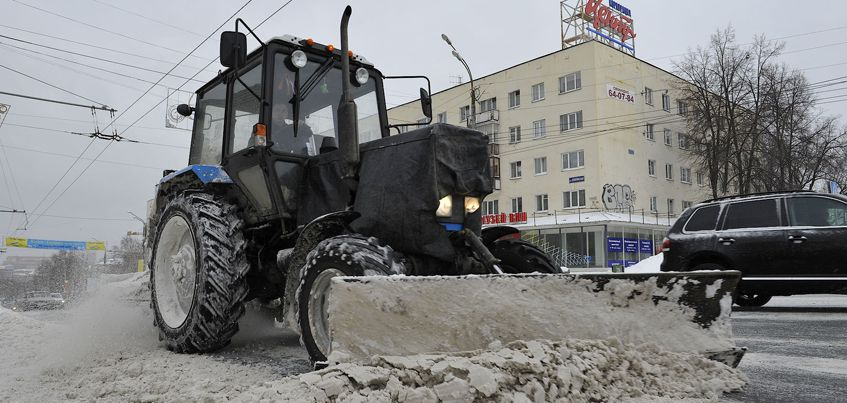 Перезимуем: на дороги Ижевска выведут больше техники из-за снегопада