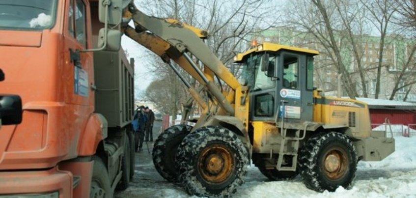 Перезимуем: за праздники из Ижевска вывезли 16 тысяч кубометров снега