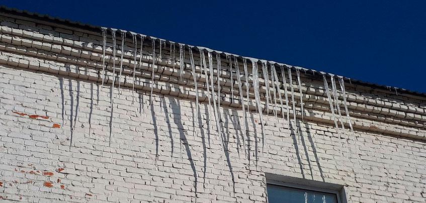 В Шарканском районе Удмуртии дворник упал с крыши при уборке снега