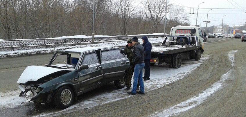 В Ижевске на Новоажимова пьяный водитель въехал в световую опору