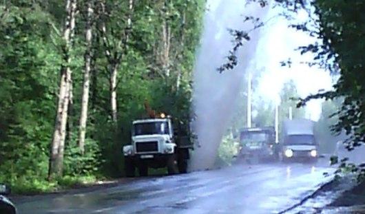 Фонтан на СХВ: рабочие Ижевска повредили водопровод, устанавливая фонарный столб