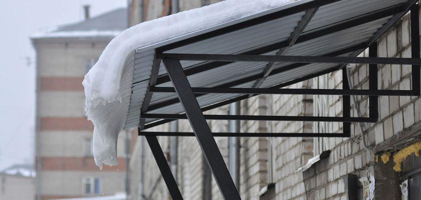 Перезимуем: ижевчане пожаловались на неочищенный снег на крышах остановок и зданий