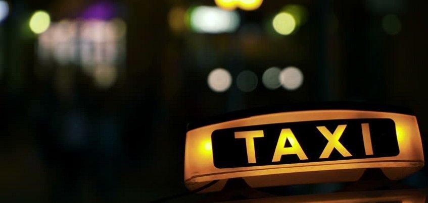 Таксиста из Ижевска подозревают в краже денег у клиентки