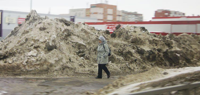 Припаркованные авто и стихийные рынки: что мешает уборке снега в Ижевске?