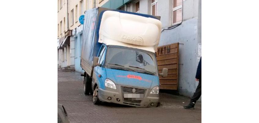 Фотофакт: В Ижевске «Газель» колесом провалилась в яму на тротуаре