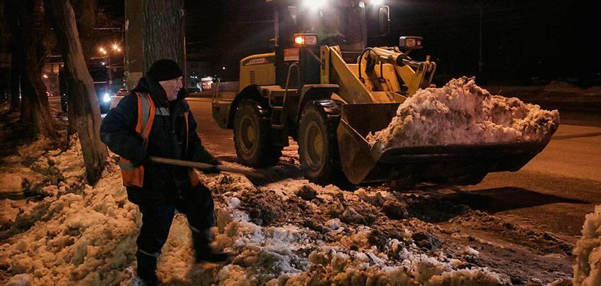 Фотофакт: снег с газонов начали вывозить в Ижевске