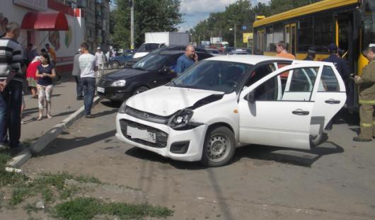 Ижевчанка на «Калине» врезалась в автобус, внедорожник и столб