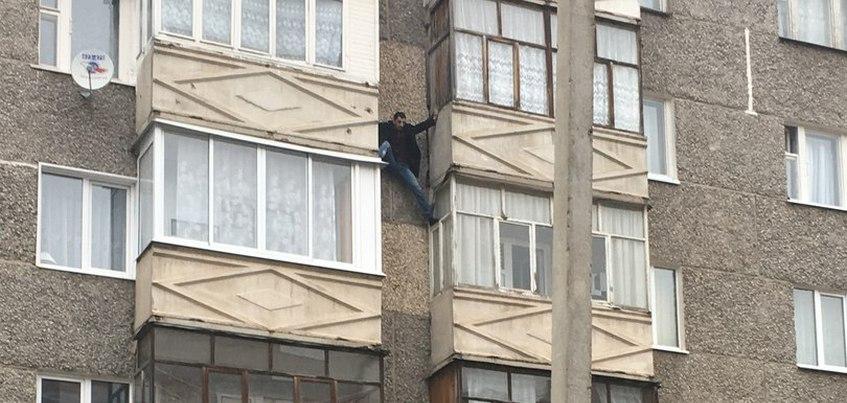 Мужчина упал с 5-го этажа при спуске между балконами в Ижевске