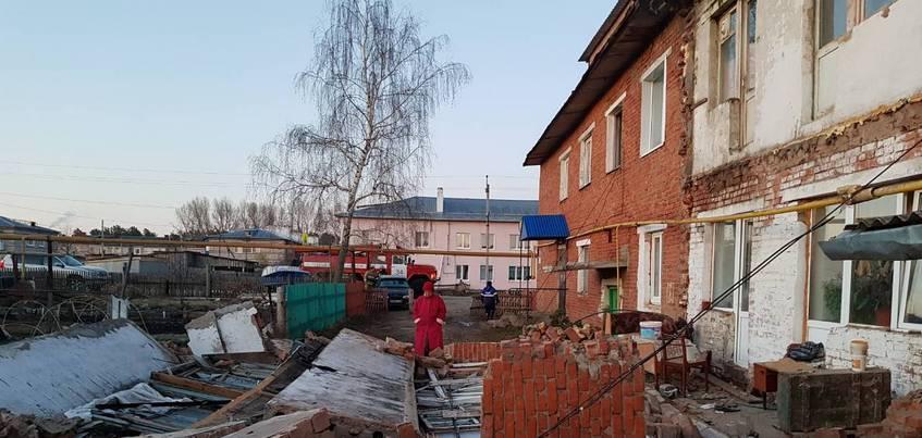 Обрушение балкона дома произошло в Кизнере