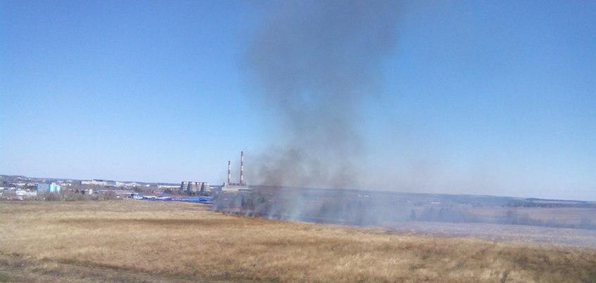 Трава загорелась в поле на окраине Ижевска