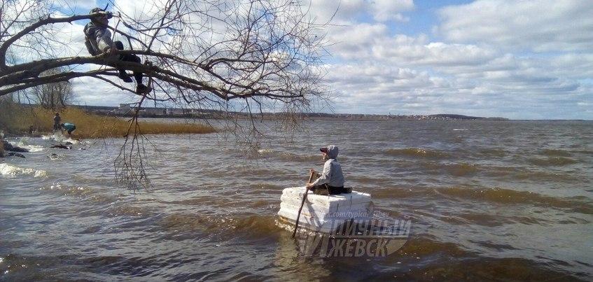 Ребенка на пенопластовом плоту заметили на пруду в Ижевске