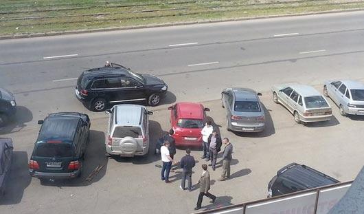 В Ижевске на Карла Маркса пьяный мужчина поколотил костылями несколько автомобилей