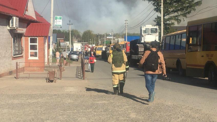 МЧС: территорию пожара в Пугачево будут тушить с воздуха всю ночь
