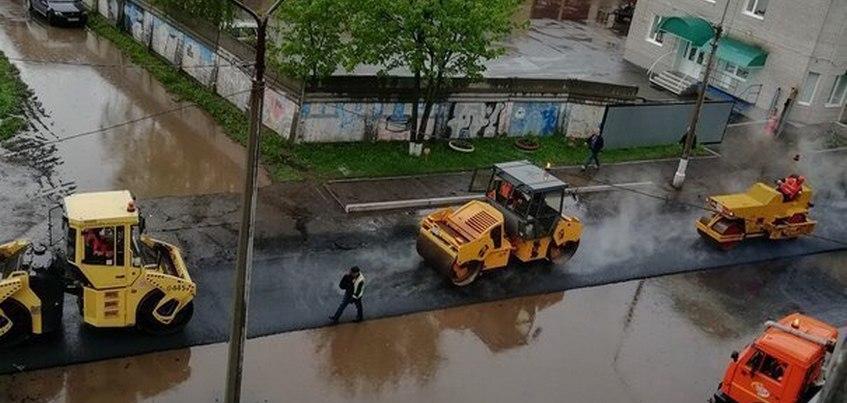 Общественники проверят дорогу в Глазове, уложенную во время дождя
