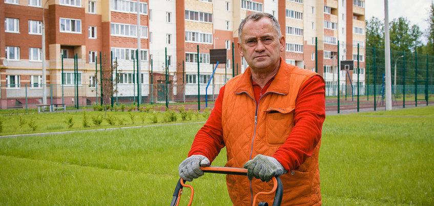 Фото: как дворник-художник из Ижевска «рисует» шедевры газонокосилкой