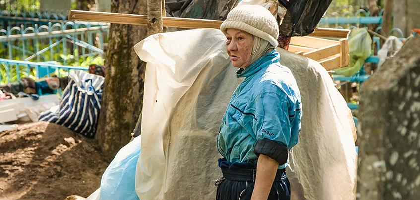 «Я их только привожу в порядок»: пенсионерка из Ижевска сделала грядки на могилах Александровского кладбища
