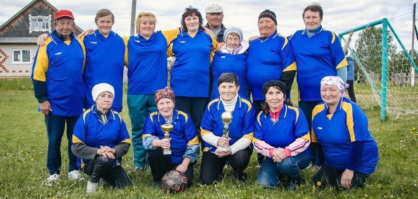 Сборная бабушек: пенсионеры из Удмуртии провели футбольный матч в поддержку сборной России